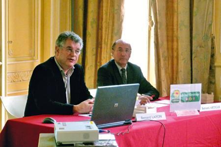 Bernard Lafon (à gauche), président du Relais agriculture & tourisme de la Gironde, et Bernard Artigue, président de la chambre d'agriculture de la Gironde. © A. AUTEXIER
