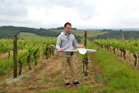 Mise en place du drone dans les vignes du domaine de Gueyze, à Buzet-sur-Baïse, en Lot-et-Garonne. © F. JACQUEMOUD