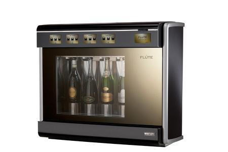 La machine de service au verre d'Enomatic peut contenir quatre bouteilles ouvertes et conserver l'effervescence et la fraîcheur des vins.