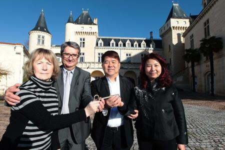 Les anciens propriétaires, madame et monsieur Grégoire, avaient remis les clés du domaine Château la Rivière aux acheteurs, le milliardaire chinois Lam Kok et sa femme, le 20 décembre 2013. ©PHOTOPQR/SUDOUEST/G. BONNAUD
