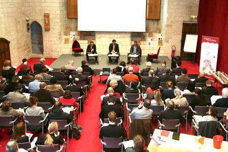 Christian Paly (au centre), le président d'Inter-Rhône, a annoncé ses objectifs au cours d'une conférence de presse qui s'est tenue au palais des Papes à Avignon (Vaucluse), devant un parterre de journalistes étrangers. © A. REYNAUD