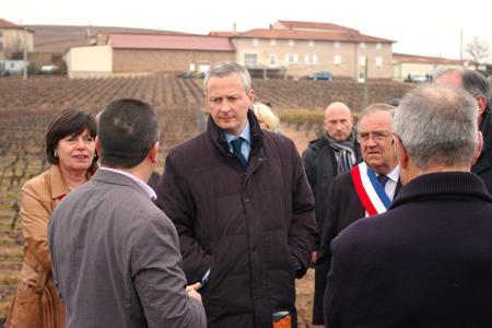 Bruno Le Maire en visite au domaine des Foudres, à Vaux-en-Beaujolais, dans le Rhône, le 24février2012. © D. BESSON