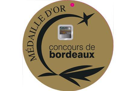 Le macaron anticontrefaçon dispose de trois niveaux de sécurité pour assurer l'authenticité de la médaille, notamment à l'export.