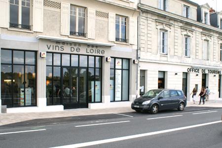 La Maison des vins et l'Office du tourisme communiquent par un couloir, ce qui permet aux touristes de passer facilement d'un local à l'autre. © P. TOUCHAIS