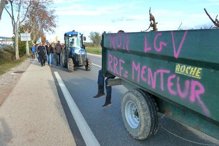 Manifestation du 15 novembre au Luc (Var) contre la ligne LGV Paca. Une nouvelle manifestation est prévue le 10 décembre à Toulon, cette fois. © G. LANTES
