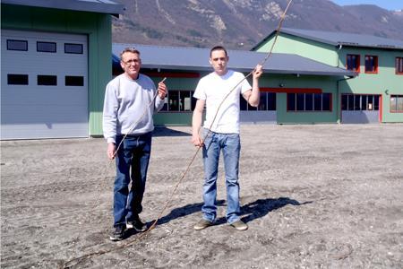 Jean-Louis Velletaz (à gauche) tient un bois de Némadex AB. Son fils, Sébastien Velletaz, tient un bois bien plus long et plus vigoureux du porte-greffe SO4. La pépinière Velletaz est l'une des toutes premières, sinon la première, à employer Némadex, un porte-greffe qui retarde la contamination des plants de vigne par le court-noué.