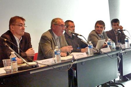 De gauche à droite : Éric Rosaz, de FranceAgriMer, Gilbert Jenny, président de la FFPV, Patrice Gentié, secrétaire général de la FFPV, Jean-Pierre Van Ruyskensvelde, directeur général de l'IFV, et Pascal Bloy, directeur du pôle matériel végétal de l'IFV. © M. PIRON SOULAT