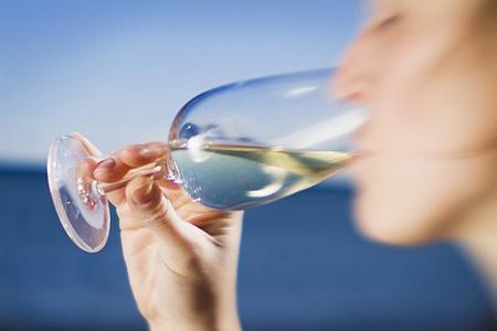 «UFC-Que choisir» a trouvé des traces de résidus de pesticides dans toutes les bouteilles de vin testées. ©PHOTONONSTOP