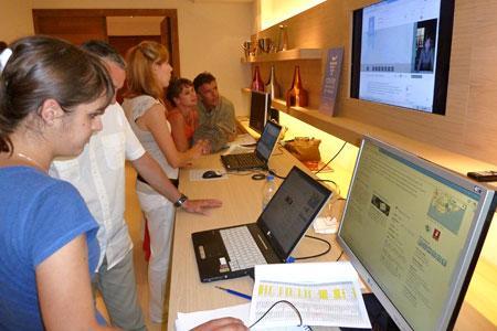 Le lancement officiel de la Route des vins de Provence, le 27 juin, a été l'occasion d'une présentation du site web et d'une démonstration du module « ma route » qui permet à l'internaute de se créer un itinéraire personnalisé. © G. LANTES