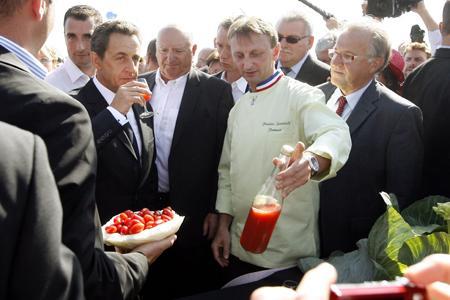 Du nectar de fraise, mais pas de vin pour le Président. © PHOTOPQR/L'ALSACE/J.-M. LOOS