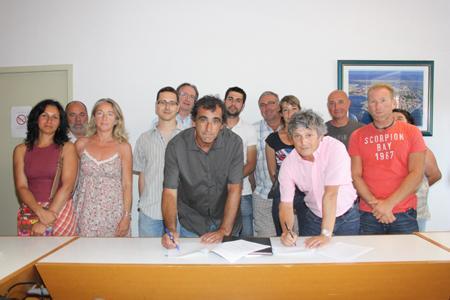 Jean-Michel Aribaud, président de la cave de Gruissan, et Didier Codorniou, maire de Gruissan, lors de la signature officielle, le 13juillet, des baux ruraux entre la mairie et la cave de Gruissan, porteuse du projet Alta Vinha. Ils sont entourés de viticulteurs et de représentants régionaux de la chambre d'agriculture et de Coop de France. ©CAVEDEGRUISSAN
