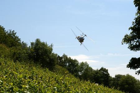 Le 2juillet, l'administration et la presse ont pu assister à un traitement par hélicoptère sur les vignes pentues de la Coopérative agricole Mâconnais-Beaujolais. ©D.B.