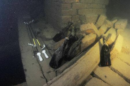 Les bouteilles de Champagne de 170ans d'âge retrouvées dans uneépave de lamerBaltique en2010. ©A. DAWSON