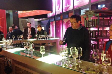Alain Samson de l'Inra de PechRouge déguste un vin avant de leservir. ©M.TRÉVOUX