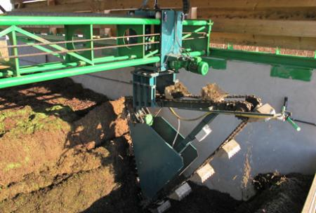 Un chariot équipé d'une noria retourne le tas de compost une à deux fois par mois jusqu'à la fin de l'année. © M. CAILLON
