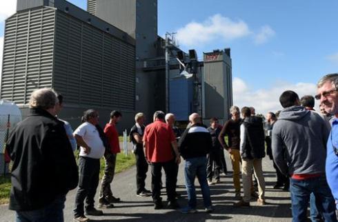 Une cinquantaine d'agriculteurs ont manifesté, le 16octobre, devant le silo Agribio Union de Barcelonne-du-Gers, mécontents de voir arriver du soja bio en provenance du Togo. ©NEDIR DEBBICHE