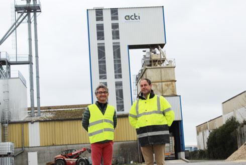 À droite, Mériadek de Lantivy, responsable activité nutrition animale, au côté d'Alain Bretaudeau, responsable activité vigne, devant la nouvelle usine d'aliments Acti. © M.COISNE