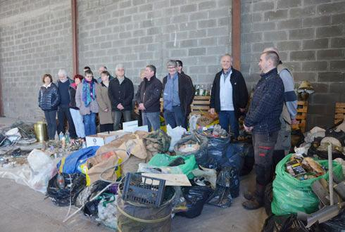Au total, entre 800 et 1000kg de déchets ont été récoltés sur 100kilomètres, soit le même tonnage huitans après la première opération, constatent les responsables de la coopérative de Boisseaux, accompagnés ici par des bénévoles. © A.RICHARD