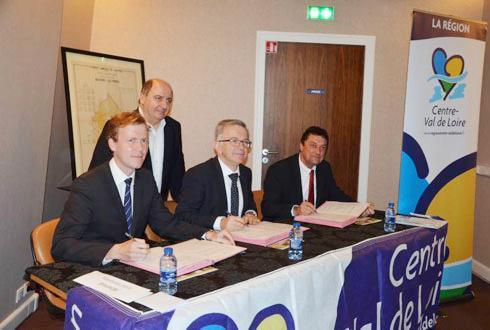 La signature de ce Cap filières s'est déroulée en présence de Harold Huwart (à gauche) et François Bonneau, vice-président et président de la région Centre-Val de Loire, et Jean-Pierre Leveillard, président de la chambre régionale d'agriculture. © A. RICHARD
