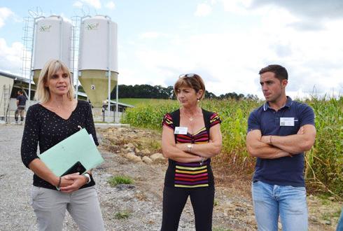 Martine Chaléon (à gauche), en charge du développement de l'activité palmipèdes et de la vente de matériel, chez Lur Berri, aux côtés d'Evelyne et Thomas Marty, futurs éleveurs de canards gras. © F.JACQUEMOUD