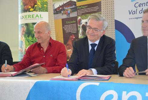 Le président de la région, François Bonneau, et les professionnels de la filière viande blanche ont signé un nouveau «Cap Filière» pour trois ans. © A.RICHARD