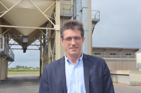 Philippe Forgeret, directeur adjoint de la coopérative de Pithiviers: «Nous travaillons avec cinq variétés. Cet assemblage permet au meunier d'écraser directement et produit une farine très régulière.» © A.RICHARD