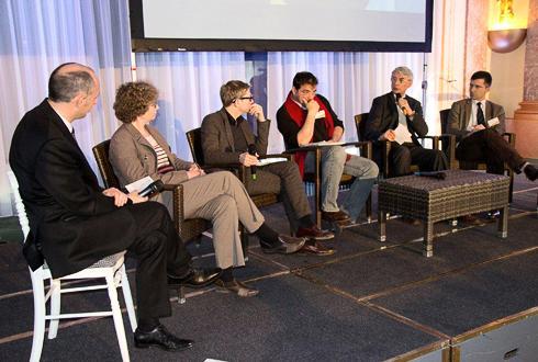De gauche à droite: Pascal Le Guern, animateur, Katell Maugan (Caussade semences), Gérald Bronner (Université Paris Diderot), Jean-Luc Pujol (Inra), Jean-Pierre Beaudoin (Burson-Marsteller) et Thierry Berger (Soufflet).