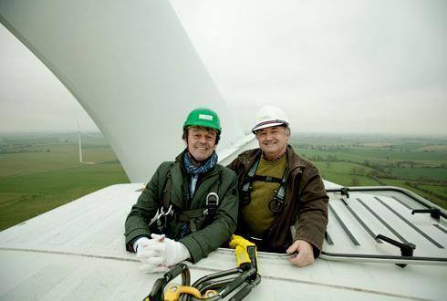 Nicolas Hulot et Yves de la Fouchardière, directeur de la coopérative, en haut d'une des six éoliennes du parc EoLoué. © FERMIERS DE LOUÉ