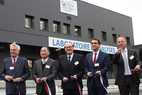 La laiterie a investi 7M€ dans un nouveau laboratoire inauguré le 1ermars en présence de Vianney de Challus, président de la CCI de Normandie (à g.), Fei Luo, directeur général de H&H Biostime, Daniel Delahaye, DG d'Isigny Ste-Mère, Vincent Ferrier, le sous-préfet de Bayeux, et Arnaud Fossey, président de la coopérative. ©A.DUFUMIER