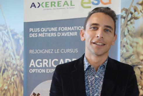 Olivier Lesourd-Kontolios, responsable du développement RH, utilise les outils numériques pour le recrutement. © A.RICHARD