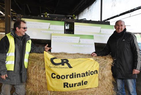 A Quiers-sur-Bézonde (Loiret), Marc Hautefeuille (à droite), céréalier à Neuville-sur-Essonne, livre symboliquement à son collègue, François Potteau, éleveur, près de 6 tonnes de blé. © A. RICHARD