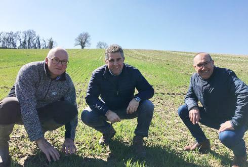 Jean-Marc Ferion, conseiller technique chez Sansan, à Nérac (Lot-et-Garonne), Laurent Bernede, agriculteur et Alain Sansan, PDG des Ets Sansan.