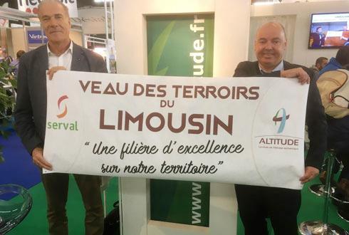 Olivier Voisin, directeur du groupe Altitude (à droite) et Michel Bach, président du directoire de Serval à l'occasion du dernier Sommet de l'élevage à Cournon-d'Auvergne. © MONIQUE ROQUE MARMEYS