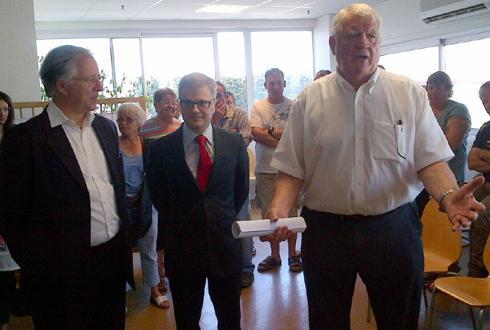 Frédéric Smith (fondateur d'Investeam), l'avocat de Laurent Spanghero, Christophe Lèguevaques, et Laurent Spanghero devant les salariés de l'entreprise le 5juillet.