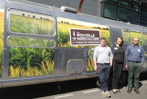 Gaëlle Delevallé, responsable marketing La Nouvelle Agriculture en volaille, entourée de Bruno (à gauche) et de Daniel, tous deux éleveurs, devant le bus parti à la rencontre de la presse parisienne en avant-première du lancement à grande échelle de la marque La Nouvelle Agriculture.