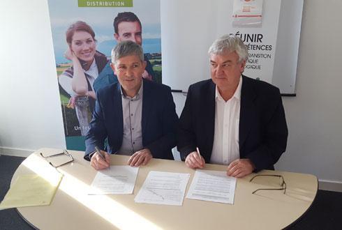 Jean-François Appriou, administrateur Triskalia (à g.) signe, avec Gilles Petitjean, directeur de l'Ademe Bretagne, le partenariat «offres groupées de méthanisation».
