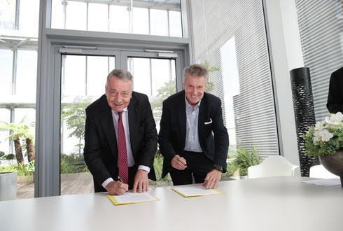 Cet accord témoigne « de la capacité du monde agricole à élargir son champ d'action et à innover » a déclaré Antoine Frérot, PDG de Veolia, à droite, lors de la signature le 3 juillet avec Thierry Blandinières, directeur général d'InVivo. © VEOLIA/MAJANI