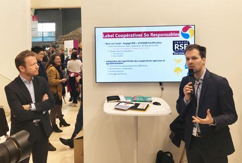 Benjamin Perdreau (à dr.), responsable RSE Coop de France, présente le nouveau label sectoriel RSE de la coopération agricole, lors d'une conférence au Sia avec Franck Lebleugle, directeur Afnor certification.