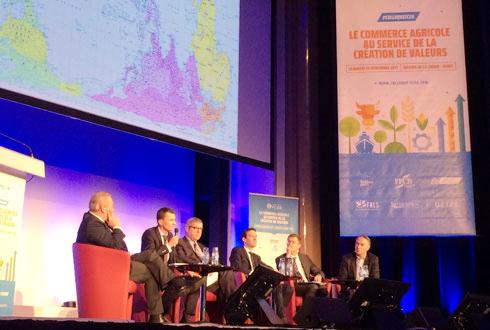 Deux tables rondes ont ponctué le congrès de la FC2A, le 24 novembre à Paris, dont une réunissant des représentants du commerce agricole, de Demeter, du Synacomex, de Soufflet et du ministère de l'Agriculture. © H. LAURANDEL