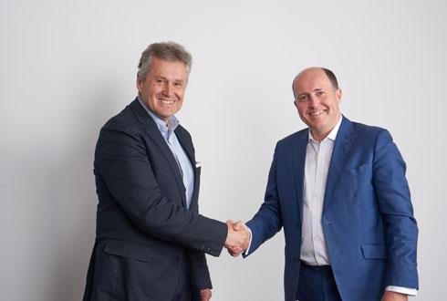 Thierry Blandinières, directeur général d'InVivo (à gauche) et Pierre-Christophe Duprat, président de la région Europe Moyen-Orient Afrique pour ADM, lors de la signature de l'accord de négociation, le 2 juillet à Paris. ©INVIVO