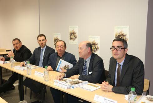 Les deux auteurs du référentiel, Xavier Hollandts (à droite) et Bertrand Valiorgue (2e à partir de la gauche), entourés de Jean de Balathier, Gérard Rodange et Pascal Goux (à gauche), respectivement directeur, président et responsable formation de Coop de France Rhône-Alpes Auvergne. © M. ROQUE MARMEYS